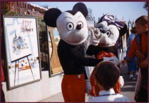 アメリカのディズニーランド開園当時のミッキーマウスとミニーちゃん