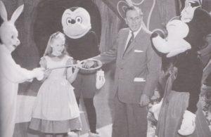 ウォルト・ディズニーさんと写るミッキーマウスとミニーちゃん